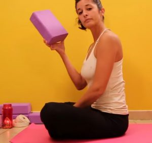 Respiration ujjayi : n'hésitez pas à utiliser des blocs pour pratiquer confortablement